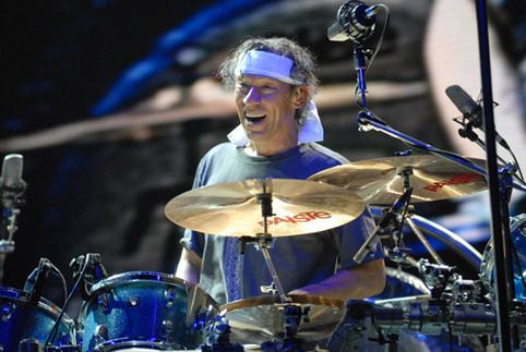 Alex Van Halenほか、その中毒性に魅せられたドラミングから3曲