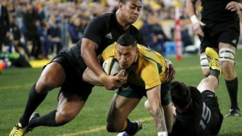Israel Folau (C) of Australia's Wallabies is tackled by Julian Savea (L) and Ben Smith of New Zealand's All Blacks during their Bledisloe Cup rugby match in Sydney August 8, 2015. REUTERS/David Gray