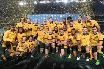 epa04877122 Australian players pose for a photograph after winning the Rugby Championship match between Australia and New Zealand at ANZ Stadium in Sydney, Australia, 08 August 2015. EPA/DAVE HUNT AUSTRALIA AND NEW ZEALAND OUT
