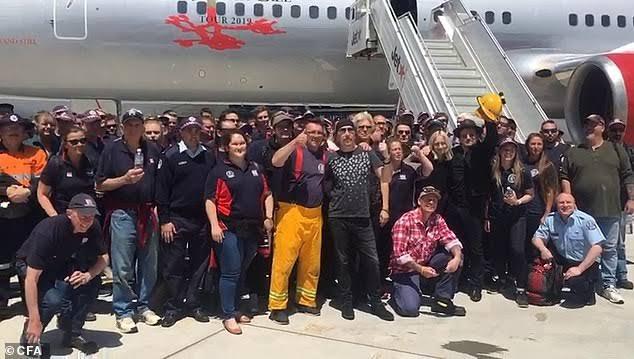 オーストラリア ライフスタイル&ビジネス研究所:U2、山火事の消火活動にあたる消防士らに敬意を表する