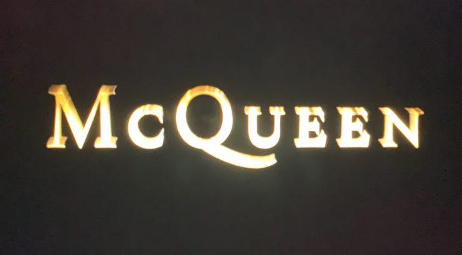 Alexander McQueen:アレキサンダー・マックイーンが40年の生涯で駆け抜け対峙した光と影 – 映画『マックイーン:モードの反逆児』鑑賞記